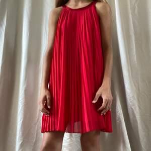 Säljer denna superfina röda klänning ifrån ellos, perfekt som julklännimg eller något annat, knappt använd:)) säljer likadan fast i svart!