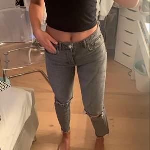 Snygga gråa jeans från zara med hål på knäna. Jeansen är i storlek 38 men är som 36/34. Säljer då dom inte kommer till användning