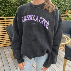 Denna jätte fina nästan oanvända sweatshirten ifrån Pull And Bear i storlek S