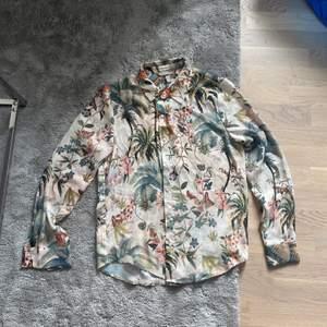 Skjorta med blommönster. Skönt tyg, väldigt luftig.