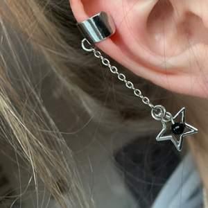 Super ball ear cuff i med en stjärna och en liten svart pärla! Man behöver ej hål i örat för att använda denna och den är även justerbar så den passar just ditt öra perfekt😇👍🏻.