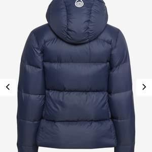 En helt ny och knappt använd vår jacka, säljs på grund av att vill köpa en annan vår jacka. Storlek XS men passar även dem i S. I färgen navy (mörk blå). Dam jacka!