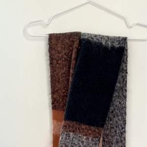 Mysig halsduk i puderrosa, mörkblått och vitt. Perfekt nu till våren.