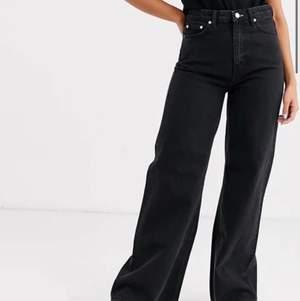Säljer mina svarta Weekday Ace Jeans (slutsåld modell). Perfekta om man är kort som jag (ca 160cm). Endast använda fåtal gånger - helt i nyskick 💕💕 Första bilden är från Weekdays hemsida💕💕