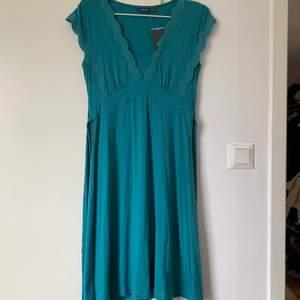 Helt oanvänd klänning i väldigt stretchigt material. Prislapp sitter fortfarande kvar. Passar alla möjliga storlekar då den är så stretchig. Har band i midjan så man kan knyta den där bak💗 FRAKT ÄR INKLUDERAT I PRISET