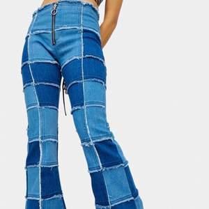 Helt oanvända jeans från dollskill i märket Delias!! ASBALLA! Passar inte mig och säljes därför vidare. Passar någon med smala ben. Köpt från USA med tullavgifter, därav priset.