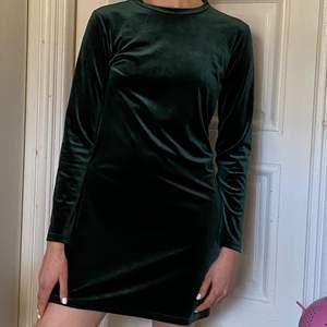 Storlek S (passar även M) knappt använd. Mörkgrön sammets klänning från Weekday.