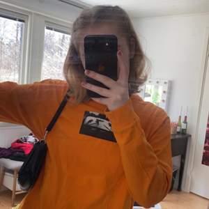 Ascool tröja med tryck på :p från Carlings märke STAY, använd men bra skick. Storlek XS men sitter lite oversized, den slutar typ precis nedanför min rumpa