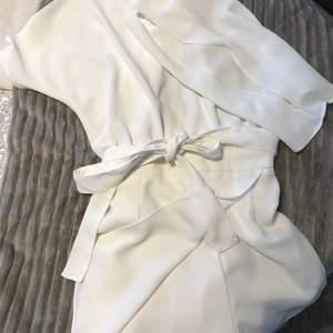 En vit jumpsuit som ser ut som en klänning. köpt på mango. Använt kanske 5gånger så den är i bra skick och har inga vidare skador (klippt bort lappen i nacken då den störde) säljer då den inte kommer till nån användning. Den har en öppen rygg även ett knyte i nacken och midjan tsm med en dragkedja. Köparen står för frakten✨✨ 260+frakt