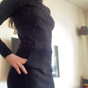 Thin black jumper, shiny with metallic dots. Perfect for casual occasions where you want to add a bit of spicy, I wear with a black skirt. I am S-M and I'm wearing XS. Very nice conditions.