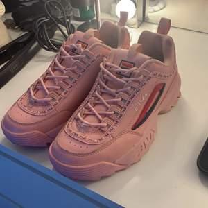 jätte fina fila skor i storlek 39, köpta för 900kr, använda runt 2 gånger därmed väldigt fint skick, säljer på grund av att de är förstora. buda!
