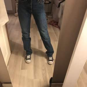 """Säljer dessa helt slutsålda populära zara jeansen. Modellen heter """"jeans mid Rise straight full lenght"""". På bilen bär jag storlek 34 men jag säljer alltså dessa i storlek 38 nu. Byxorna är helt oanvända och med prislapp kvar. Buda från 250 ☀️"""