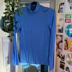 himmelsblå tunn polotröja i storlek XS. 100kr inklusive spårbar frakt:)