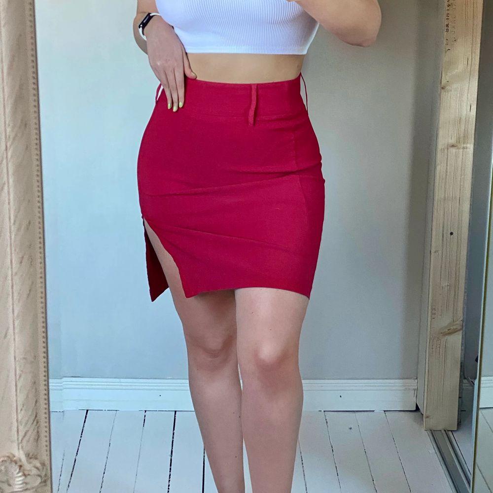 vintage röd kjol med slits som mamma inköpt sig under 90talet. den är 52 cm lång och vid midjan 38 tvärs över. jätte snygg och trevligt med lite färg i vardagen 🥰. Kjolar.