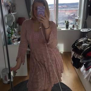 En helt oanvänd (bara testad), rosa fin klänning från märket Cream!🤩 Köpt för 600kr och säljes för 300. Passar perfekt nu till våren då den också är av lite tjockare material. Påminner lite om Bridgerton enligt mig!!! Hör av er vid frågor💛