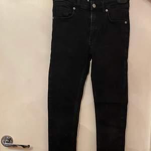 Ett par super fina jeans från NA-KD i storlek 34 och är inte så långa för mig som är under 160. Köpta på deras hemsida för 399. De är väl använda men är i bra skick. Skriv för bättre bilder, pris kan diskuteras