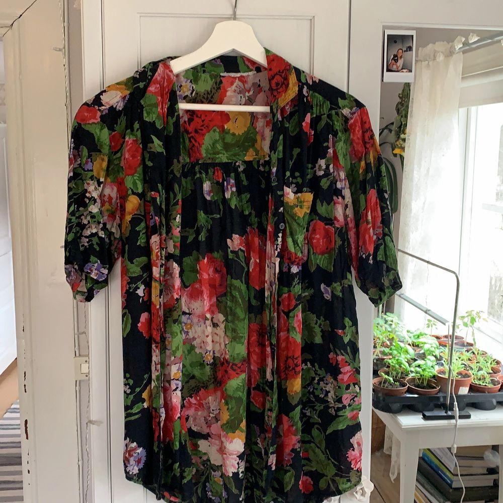 Cool skjorta med blommor.. Skjortor.