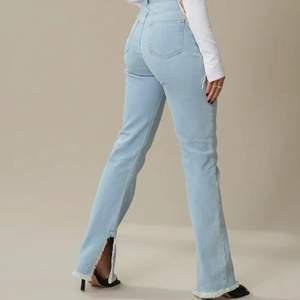 Superfina ljusblåa jeans med slits från NA-KD x Hanna Schönberg, passar till allting men kan inte ha dom då dom blivit för små!💕