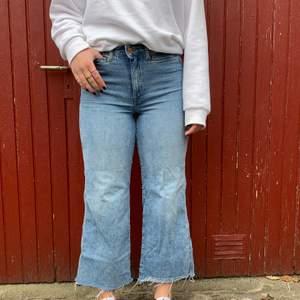 Ljusa high waist jeans från HM i storlek 38. Jag är 170😁🥰
