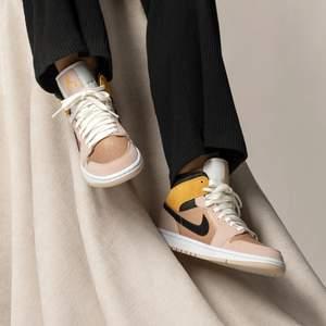 Säljer dessa trendiga och snygga Jordan 1 mid i storlek 39. Dessa skor är självklart 100% äkta och kvitto finns vid fråga. Skorna kostar endast 1600kr. Fraktkostnad tillkommer!