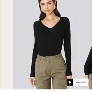 Populär svart lätt stickad tröja från MANGO. Strl S. Superskön och sitter tajt, framhäver fint. Knappt använd.