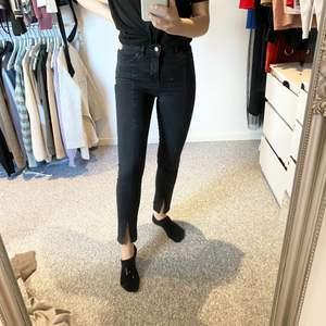 Supersnygga svarta tighta jeans med slits i fint skick! ✨