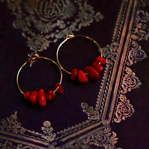 Handgjorda örhängen med röd korall 🌙 Finns med andra sorters kristaller också! Ringen är nickelfri och 25mm i diameter, pärlorna varierar i storlek. 🪐 Köp 1 par för 40kr, 2 par för 70kr, 3 par för 100kr! Örhängena levereras i en fin liten presentpåse. Frakt på 12kr tillkommer 💫