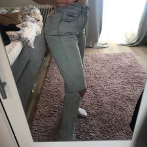 Snygga jeans med hål från missguided! Bra passform.