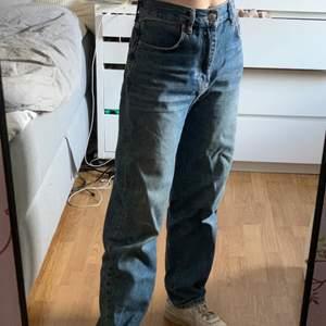 Blå straight leg jeans, sitter hightwaisted. Köpta från Gina Tricot i strl 36. Säljer pga att de inte kommer till användning längre men brukade använda mycket förut, ändå bra skick (lite slitna längst ner) Jag är 160.Skriv för fler detaljer! (Priset kan diskuteras och köparen står för frakt. Om jag känner dig kan jag möta upp) ❤️