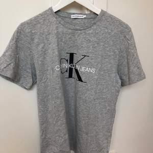 Säljer denna grå t-shirt från calvin klein i strl 16, den sitter ganska oversized på mig som har strl S. Den är aldrig använd. säljer den för 60kr + ev frakt🖤