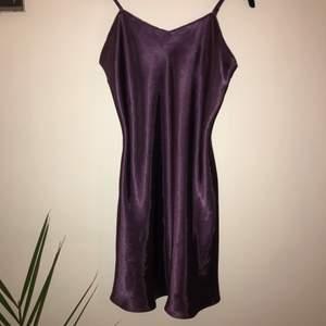 Jag köpte denna klänningen på secondhand men har tyvärr aldrig fått användning av den och därför väljer jag att sälja<3                                                    Den passar bra på S men funkar för M också!!