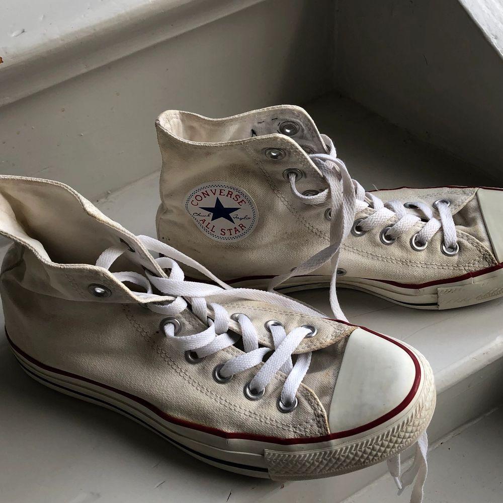 Ett par vita höga converse med eget tryck på, det är påsytt och går att ta bort om man vill, finns bara på ena skon. Det är man storlek 39,5, men går även att ha för kvinnor! . Skor.