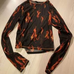 transparent tröja från urban outfitters. knappt använd! L men liten i storleken, mer som M.