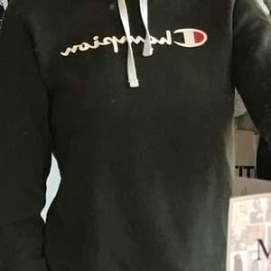 Grön hoodie från champion. Köpt för 599 säljer för 200kr + 66kr frakt