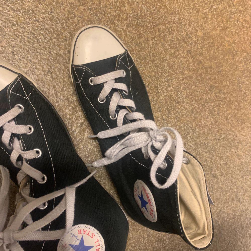 Säljer ett par converse typ i storleken 39 38❤️om de fler som är intresserade blir de budgivning! Har typ använt dessa Max 3 gånger för små. Skor.