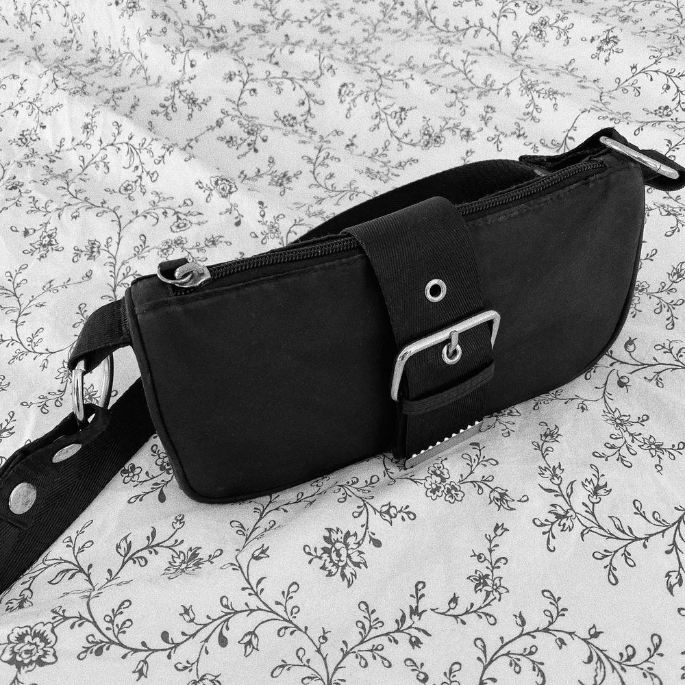 Svart handväska från Weekday.🖤 Super snygg och lätt att matcha med vad som. Köparen står för frakten. 📦 . Väskor.