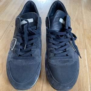 FRAKT INGÅR  Fina PHILIPPE MODEL sneakers säljes i mycket fint skick. Herrmodell i storlek 43. Färg: Marin blå