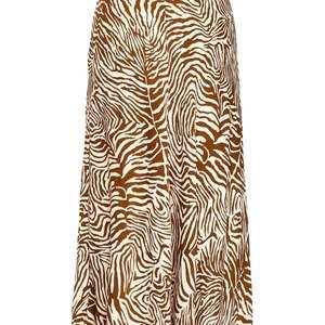 Ny kjol som är använd 3-5 gånger finns fortfarande på samsoe hemsida till ordinarie pris, säljer pga. Av flytt och behöver bli av med saker. Storlek S. Nypris 1299:- mitt pris 800:-