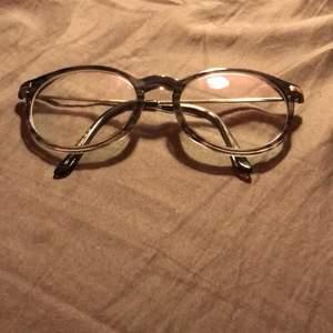 Runda sköna glasögon utan styrka! Kostar 30kr kontakta mig och diskutera pris