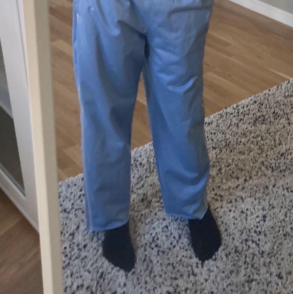 Snygga ljusblåa mjukisbyxor i träningsmaterial typ?? Passar mig som är 168 fint. Frakt runt 69/79kr. Jeans & Byxor.