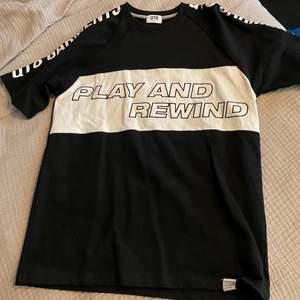Svart t-shirt med inbroderat grafisk tryck. Inköpt i Sydkorea och använd fåtal gånger. Köparen står för frakt 📦 Skick: 10/10