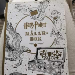 Harry Potter målarbok! Perfekt för ett Harry potterfan som gillar att rita & koppla av en stund! Varierad! Aldrig använd!
