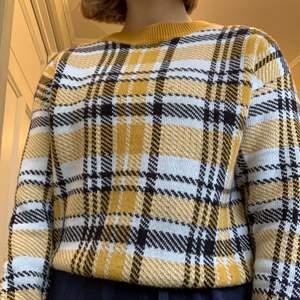 Skön stickad tröja med gult rutmönster från HM, säljer pga att den inte kommer till användning💗. Köpare står för frakt, pris går att diskuteras! Kontakta mig för fler bilder/frågor💕