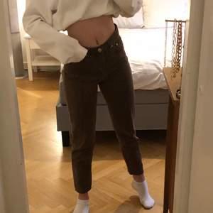 Jätte fina bruna mom jeans storlek 36 som jag värkligen inte hade sålt om de inte var för att jag tycker att dem är lite korta på mig. Jätte fint skick bara använda ett fåtal gånger. Köparen står för frakten💕