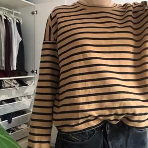 Tröja från märket Whyred ⚡️ i tröjan står det storlek xl men passar mindre storlekar beroende på hur man vill den ska sitta, har detaljer vid axlarna, frakt ingår i priset! 🤎🖤