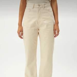 Ljusbeiga jeans från Weekday i modellen Row. I fint skick förutom att de har en liten fläck nere vid ankeln som ej gått bort i tvätten (dock inte så synlig). Går ända ned till fötterna på ca. 1,64! Köparen står för frakt😊