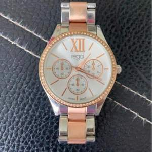 Säljer nu min klocka som jag inte kan ha.. Klocka från ur och Penn för smal handled. Finns extra länkar att köpa. Med frakt in räknat så ska jag ha 144kr ❤️ skriv om du vill ha mer bilder på klockan💗