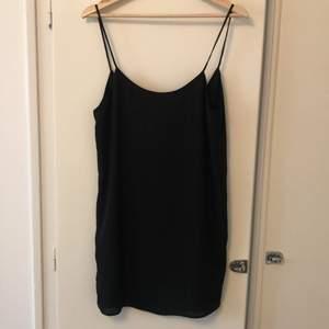 Svart klänning i tunnt material (fodrad) med spaghetti straps. Storlek S, nyskick, aldrig använt. 100kr. Köparen betalar frakt.