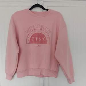 Säljer denna tröja från Ginatricot i storlek XS, tröjan är stor i storleken. Köpt förra året. I fint skick men finns en liten fläck på ena armen. Skriv om ni har några frågor. 🥰