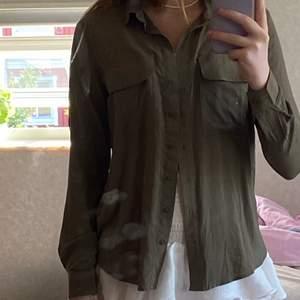 Trendig militärgrön skjorta i storlek xs, 100kr+frakt💕
